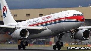 中国东方航空一架A330型客机在伦敦希思罗机场的跑道上(16/7/2011)
