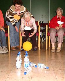 Paciente de demencia juega a los palitroques