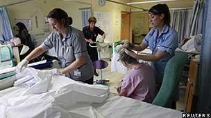Funcionários de saúde tratam de paciente de derrame em hospital no leste da Inglaterra (Reuters)