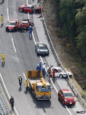 日本山口县中国高速公路豪华跑车连环追撞现场(4/12/2011)