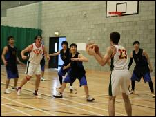 诺福克华人社区篮球队在赛场上