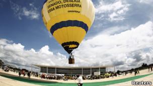 Protesto contra o Código Florestal em frente ao Planalto (Foto: Reuters)