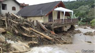 Casa destruída em Teresópolis após deslizamentos no início do ano, em foto de 13 de janeiro (Reuters)