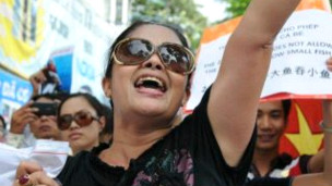 Bà Bùi Hằng trong một cuộc biểu tình chống Trung Quốc