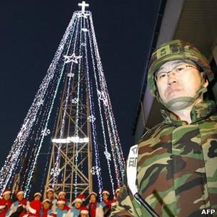 Soldado sul-coreano em frente à árvore de Natal em disputa, no ano passado
