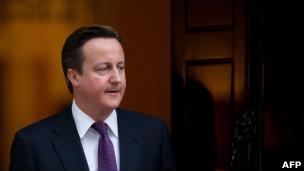 David Cameron, em Downing Street, nesta segunda-feira (AFP)