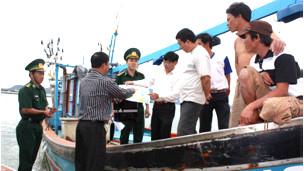 Ngư dân nhận tờ rơi về ống dẫn dầu khí dưới biển (ảnh của Quân đội Nhân dân)
