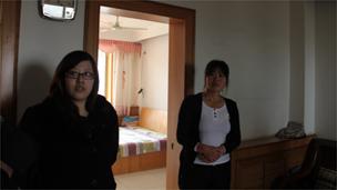 于先生的妹妹(左)和他的太太吴女士(右)讲述他们的情况