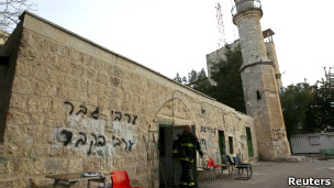 مامور آتش نشانی اسراییل در بیرون مسجدی باستانی در بیت المقدس