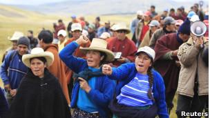 Manifestantes protestan contra el proyecto minero Conga en la región de Cajamarca, en el norte de Perú
