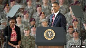 Tổng thống Obama và phu nhân thăm quân sỹ ở Fort Bragg, Bắc Carolina giữa tháng 12/2011