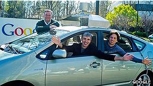 Hombres dentro de un carro de Google