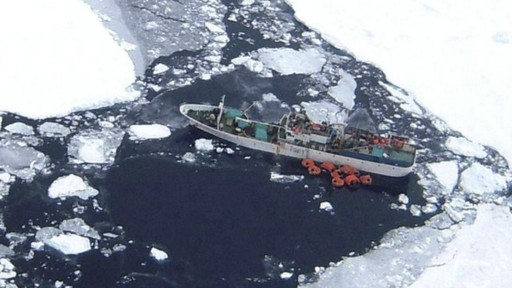 Kapal terperangkap es
