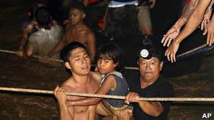 Moradores da cidade de Cagayan de Oro presos em suas casas tiveram de ser resgatados (AP)