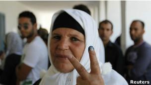Manoubia Bouazizi após votar em eleições na Tunísia