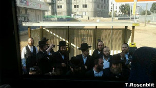 Homens ultraortodoxos tentam impedir o ônibus de seguir viagem em Israel. | Foto: Arquivo pessoal Tanya Rosenblit