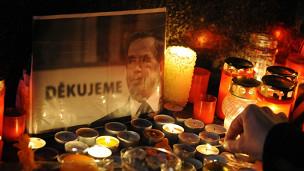 Những ngọn nến thắp lên tưởng nhớ Vaclav Havel ở thủ đô Prague
