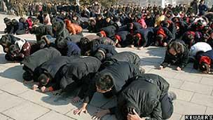 Público chorou a morte de Kim Jong-il na capital, Pyongyang (Reuters)