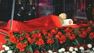 Corpo de Kim Jong-Il durante o funeral em Pyongyang (KRT / Reuters)