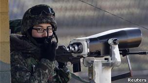Soldado na Zona Desmilitarizada entre as duas Coreias (Reuters)