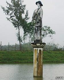 Tượng cô du kích, trước kia là tượng Phật Bà