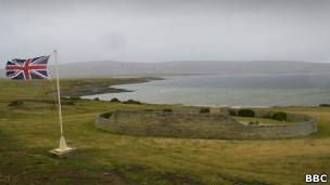 Bandera británica en un cementerior de las islas Malvinas.