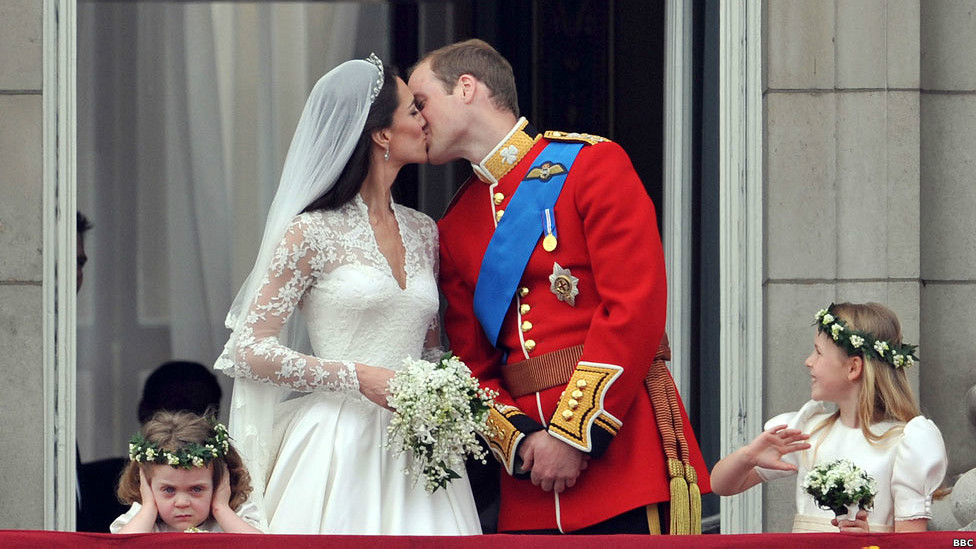 Beso entre el príncipe William y Catherine Middleton.