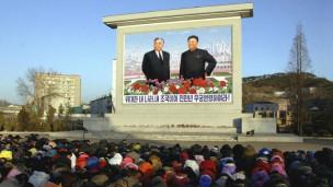 Người dân Bắc Hàn tập họp khóc thương trước hình ảnh Kim Jong-il và Kim Il-sung
