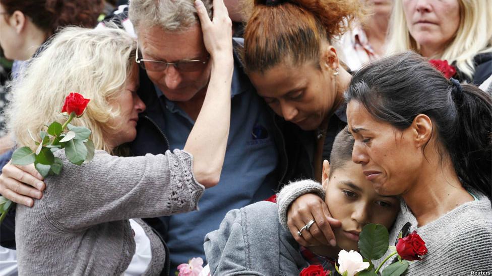 Dolientes de las vínctimas del ataque en Oslo, Noruega