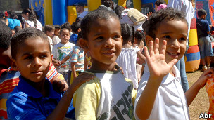 Crianças participam de churrasco oferecido por advogados e estudantes de Direito do DF (foto: Valter Campanato/ABr)