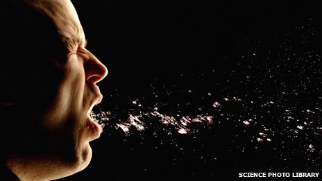 Achú! Hombre estornudando