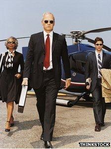 Personas de negocio y helicóptero