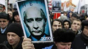 Manifestante protesta contra o governo na Rússia (Foto: AP)
