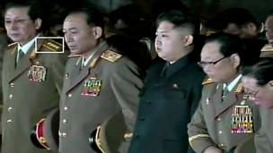 张诚泽身着大将军服出现在金正恩身旁(韩联社图片)
