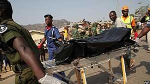 Equipes de resgate retiram corpo da Igreja de Santa Teresa em Madalla (AP)