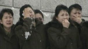 Norte-coreanas choram ao ver cortejo com corpo de Kim Jong-il (BBC)