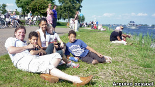 O músico brasileiro Aalor Soares, com sua família, na Holanda