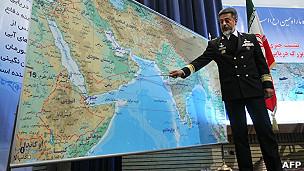 Un comandante iraní presenta a la prensa en Teherán los ejercicios de la Armada.