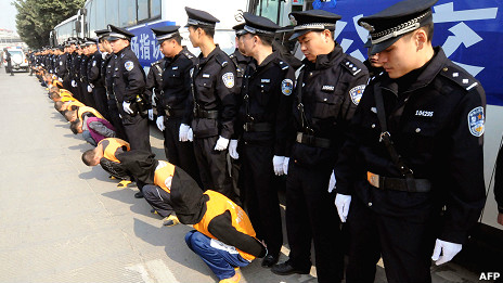 Policías chinos exhiben a condenados a muerte