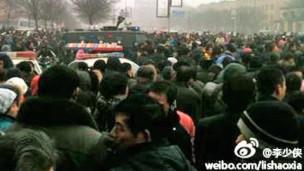 """一个名为""""李少侠""""的微博主上传的安阳示威民众与警察对峙照片"""