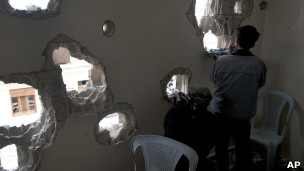 آثار گلوله توپ در خانه ای در سوریه