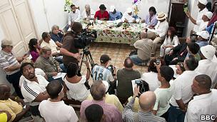 Las predicciones de los babalaos cubanos para el 2012  120102192032_cuba_predictions_2012_afro-cuban_priests_304x171_bbc