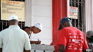 Las predicciones de los babalaos cubanos para el 2012  120102192142_cuba_predictions_2012_afro-cuban_priests_304x171_bbc