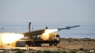 Míssel é lançado da costa de Omã durante exercícios militares iranianos. | Foto: AP