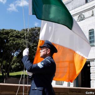 爱尔兰士兵升国旗