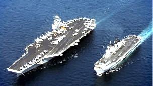 ناو استنیس (چپ) در کنار یک ناو هواپیمابر بریتانیایی