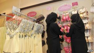 دو زن سعودی در یک فروشگاه لباس زیر