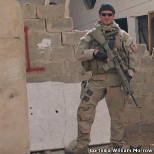 O atirador de elite Chris Kyle posa para foto em ação no Iraque (Cortesia: William Morrow/ HarperCollins)