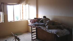 O atirador de elite Chris Kyle durante a Batalha de Fallujah (Cortesia: William Morrow/ HarperCollins)