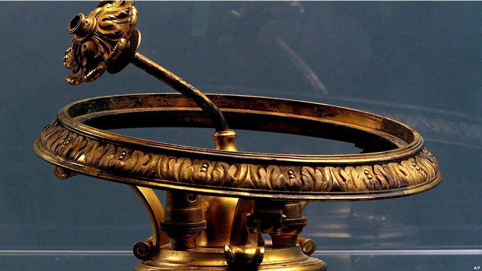 Un candelabro de oro de la sala de fumadores.